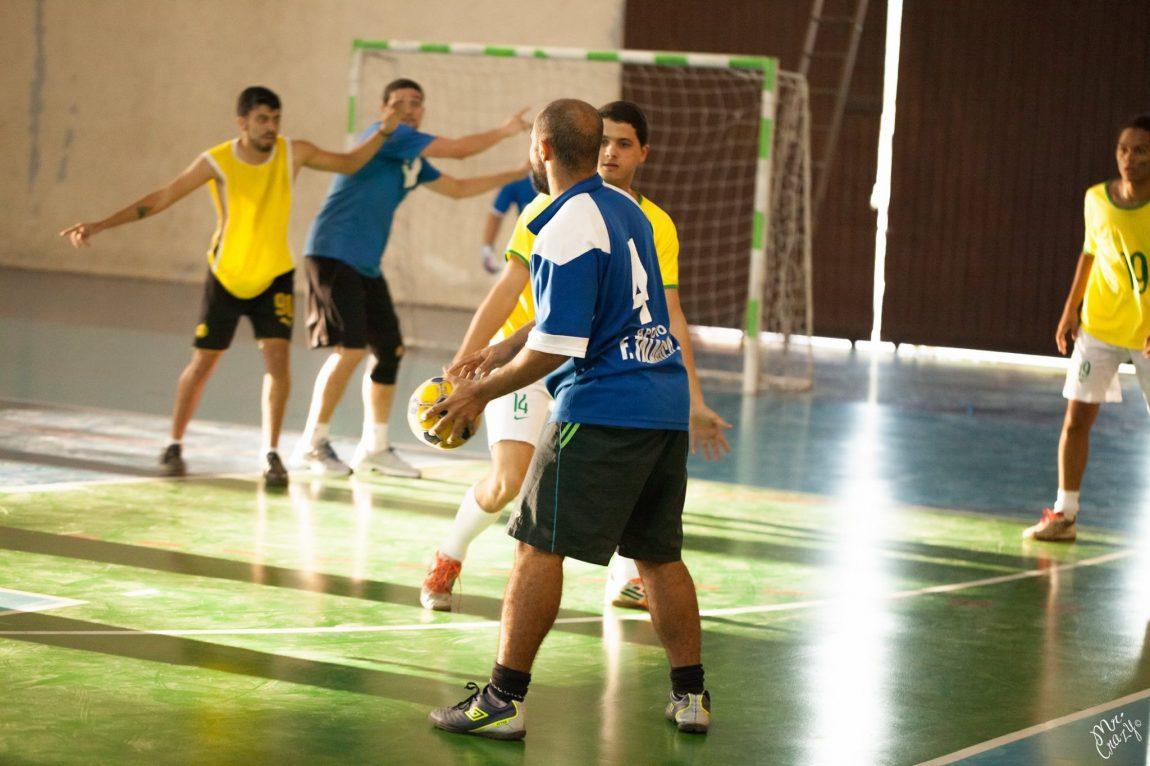 Fome de bola. Equipe de handebol da Acsaar (de zaul) no torneio de Integração das Atléticas de Jornalismo e de Relações Internacionais