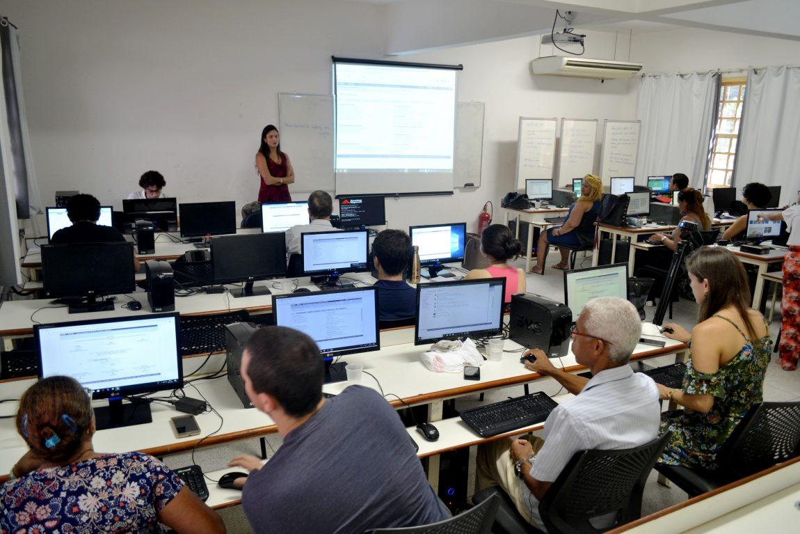 O corpo técnico da Prograd durante a capacitação na sala de computação do CTUR (Foto: Cleiton Bezerra / Prograd)
